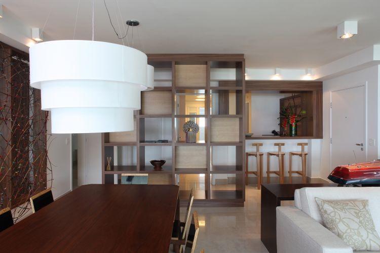 Os pendentes de tecido são as únicas luminárias com grande expressão previstas para a área social no projeto do escritório Frederico Zanelato Arquitetos. As demais são embutidas ou pequenas, específicas para destacar as esculturas e quadros