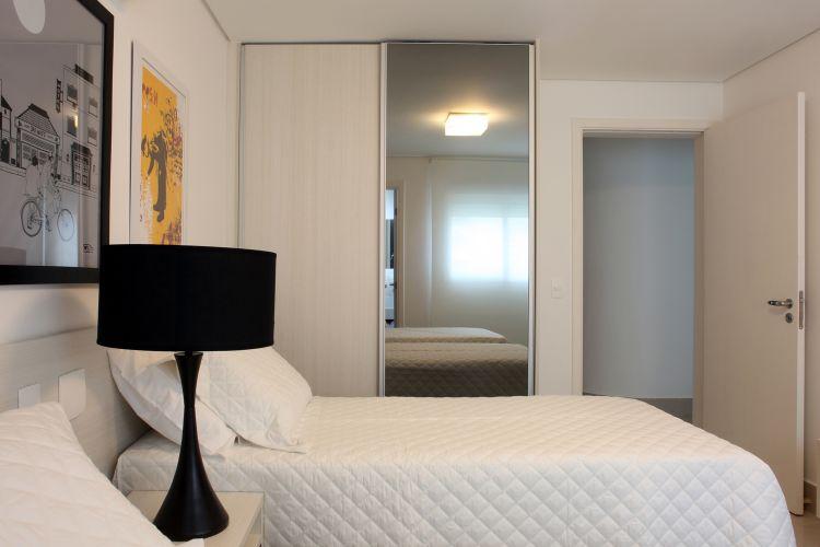 O espelho aplicado ao armário amplia o ambiente. As camas e colchões são da Castor e as roupas de cama, Trousseau. Até mesmo o enxoval foi pensado pelos arquitetos do escritório Frederico Zanelato