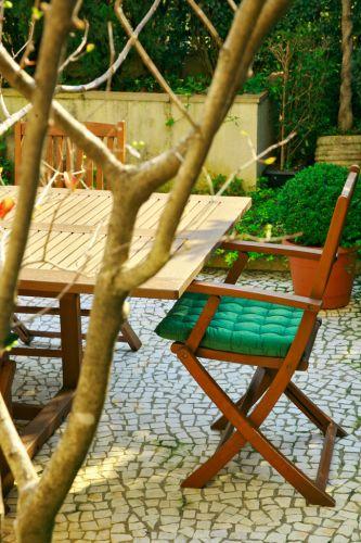 Detalhe do jardim de um apartamento térreo em São Paulo, com projeto de paisagismo de Gigi Botelho. A proposta destacou as tonalidades verdes da folhagem de árvores, arbustos e forrações