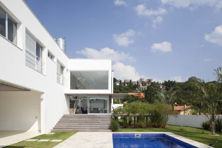 Os vários ambientes da casa projetada por Gilberto Belleza na Granja Viana, zona sul de São Paulo, abrem-se para a área de lazer