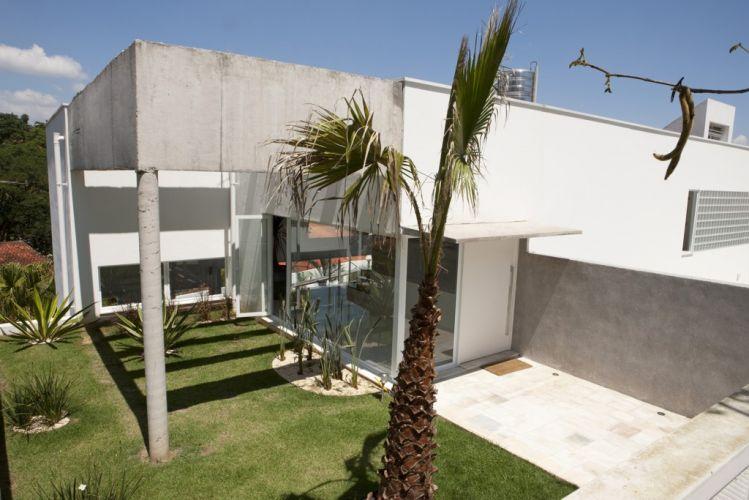 Vista do acesso principal da casa projetada por Gilberto Belleza, na zona sul de São Paulo. O jardim margeia o hall de entrada