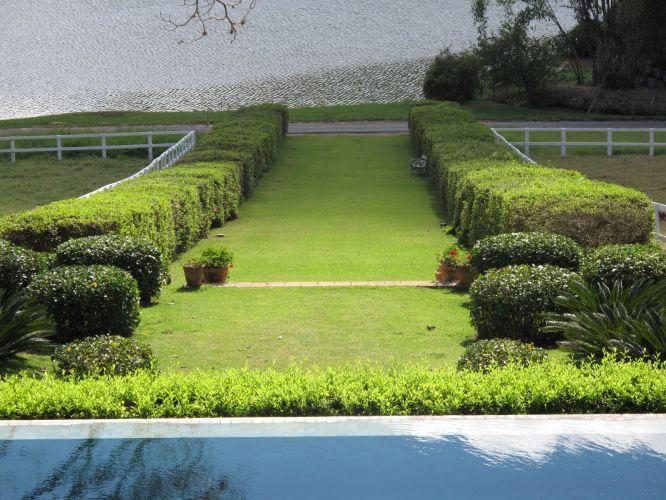 O caminho que leva à represa é demarcado pelos arbustos podados e tem um certo clima monumental dos jardins de grandes propriedades europeias
