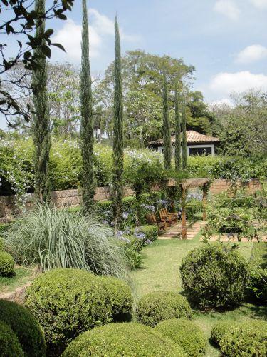 Os ciprestes trazem verticalidade ao jardim de uma fazenda no interior de São Paulo, trabalho de Gilberto Elkis