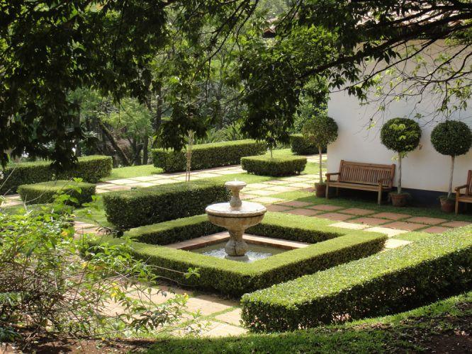 A ortogonalidade marca a área destinada à fonte, cujo espelho d'água quadrado é contornado por cerca viva de poda reta
