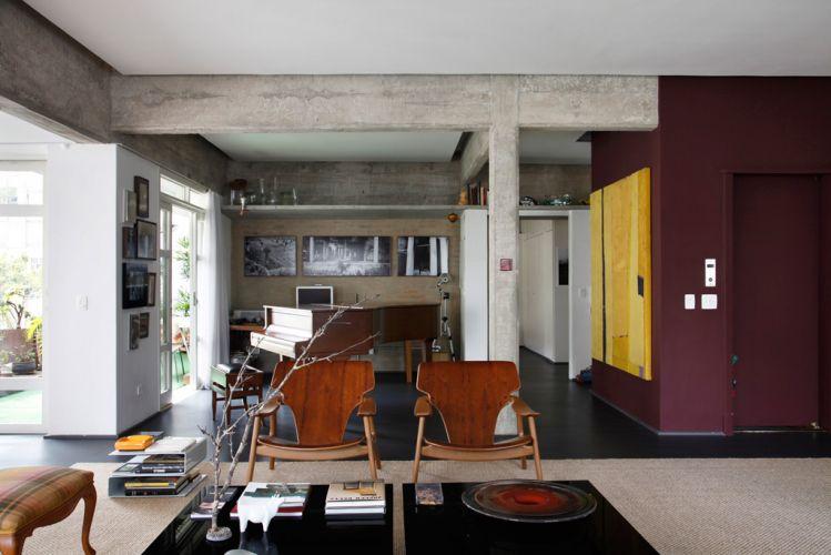 A sala do piano de cauda tem um clima agradável, dado pela luz natural vinda do terraço. Ao fundo, o escritório do proprietário e a porta de acesso à suíte principal