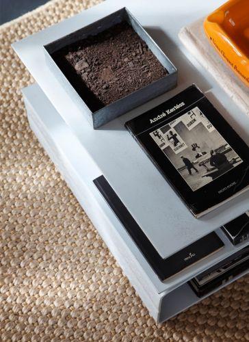 Foto de detalhe da mesa de aço dobrado com pintura eletrostática branca. Design de Gustavo Calazans