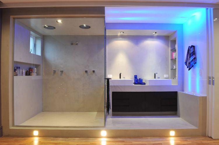 Com bancada dupla e boxe de vidro (da Vidraçaria Salva Vidros), a sala de banho criada por Guto Requena pode se abrir inteiramente para o quatro do casal graças às divisórias de correr executadas pela Marcenaria Conceito
