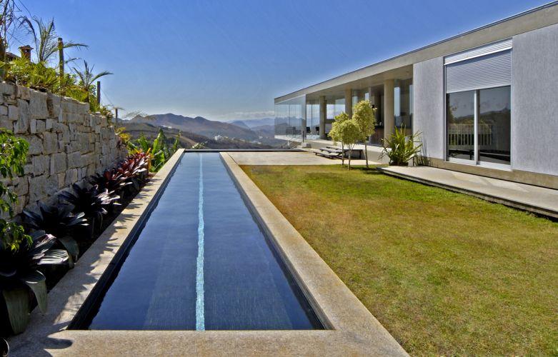 Terraço, jardim e piscina ocupam parte do pavimento superior