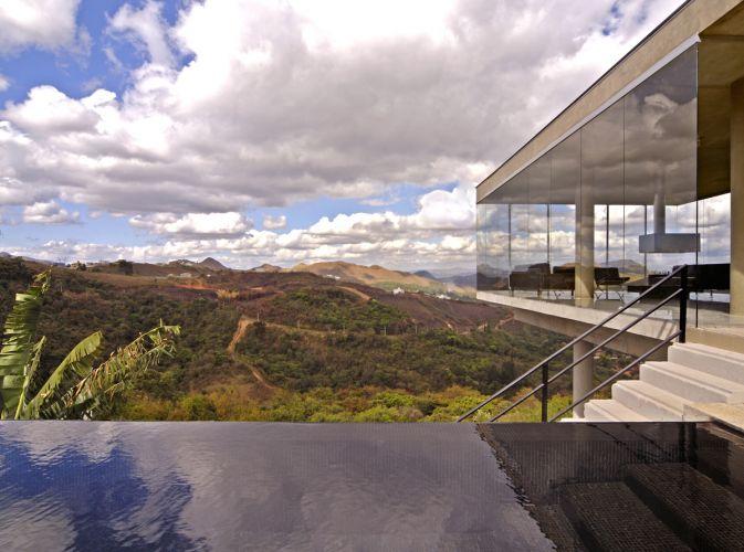 Implantada a 15,50 m acima do nível da rua, a casa abre-se para a bela paisagem proporcionada pela Serra do Curral