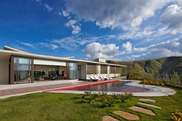 Piscina e jardins foram projetados sobre a cobertura da galeria e desfrutam da magnífica vista
