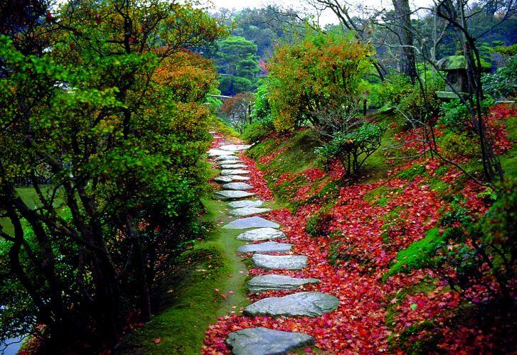 O jardim de passeio com lago Katsura Rykyu possui sete pavilhões, cinco ilhotas pequenas e grandes, que são conectadas por 16 pontes de pedra, madeira e terra. Vinte e três lanternas e oito bacias estão localizadas em diferentes lugares, o que demonstra a devoção de seus criadores à estética da cerimônia do chá