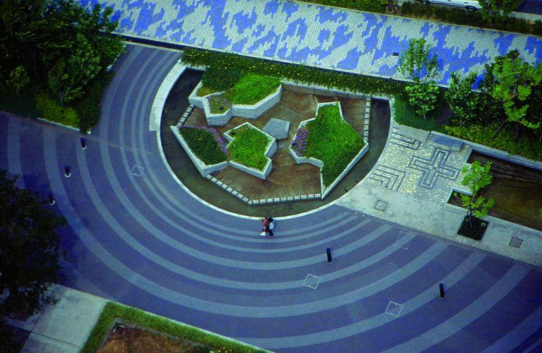 Exemplo de jardim contemporâneo, o Yoro Tenmei Park, na cidade de Yoro, tem autoria do artista plástico Shusaku Arakawa e possui uma topografia extramente irregular