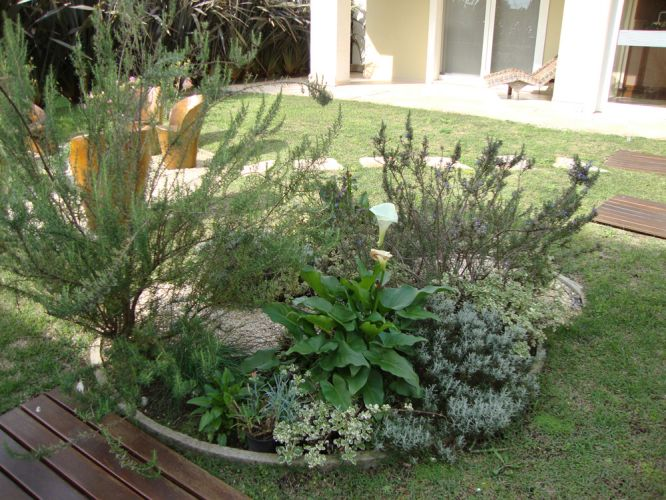 Neste projeto a paisagista Luciana Brandão atendeu ao pedido da cliente, que queria perfumes sutis invadindo sua sala de estar. Para isto foram definidas espécies que exalam odores somente quando seus galhos são movimentados, como o alecrim (Rosmarinus officinalis), o gerânio cheiroso (Pelargonium graveolens), a hortelã variegata (Mentha suaveolens) e o anis cheiroso (Pimpinela anisum). Na composição há, também, lavandas (Lavandula angustifolia) e santolinas (Santolina chamaecyparissus), espécies indicadas para climas frios