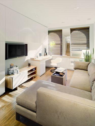 Vista do estar e área de trabalho. A disposição do mobiliário define o espaço do living, diferenciando-o do restante do apartamento