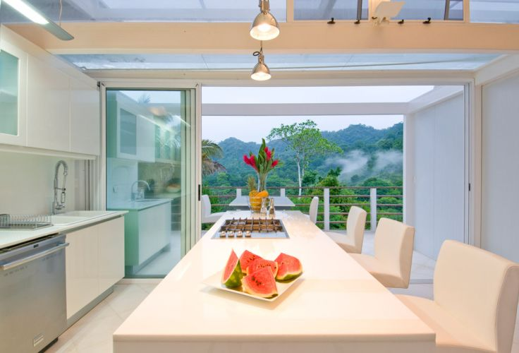 O arquiteto Juan Robles, autor da casa Iseami, na Costa Rica, abriu mão de usar materiais plásticos nas áreas internas da casa. Apesar de recicláveis, foram evitados para afastar as possibilidades de intoxicação por seus componentes químicos