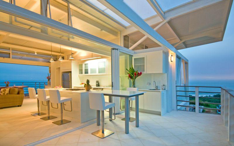 Além de abrigar um centro de investigações cientificas, a casa Iseami, na Costa Rica, tem uma parte privativa com dois dormitórios e banho, e extensa área social e externa com piscina. A obra tem projeto arquitetônico de Juan Robles