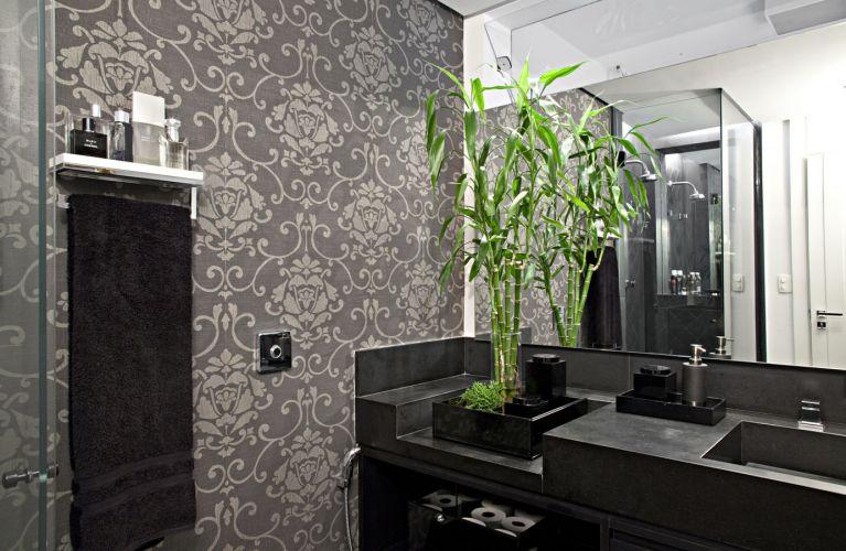 No lavabo, papel de parede vinílico da Casa Fortaleza e caixa de vidro do tipo cristal da marca Ebony (Guardian), que guarda plantas e utensílios. Os acessórios são da Interbagno