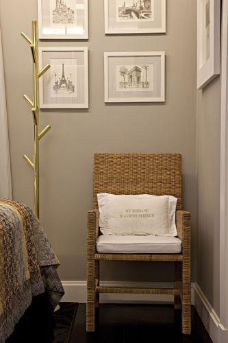 A poltrona de fibra natural da Casual serve de apoio ao quarto, assim como o cabideiro de latão dourado, da Interbagno. A almofada, com a inscrição