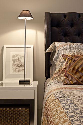 Detalhe do criado-mudo de madeira com acabamento em laca branca executado pela Marcenaria AS; as gravuras são de uma coleção comprada de artista parisiense e o abajur é da Puntoluce