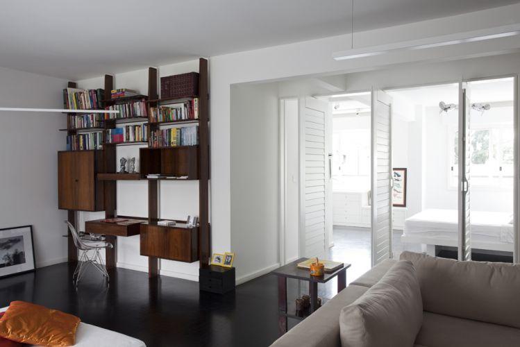 Uma estante de jacarandá, exemplar dos anos de 1970, que já se encontrava no apartamento. Usada como escrivaninha, acomoda livros e objetos da nova moradora