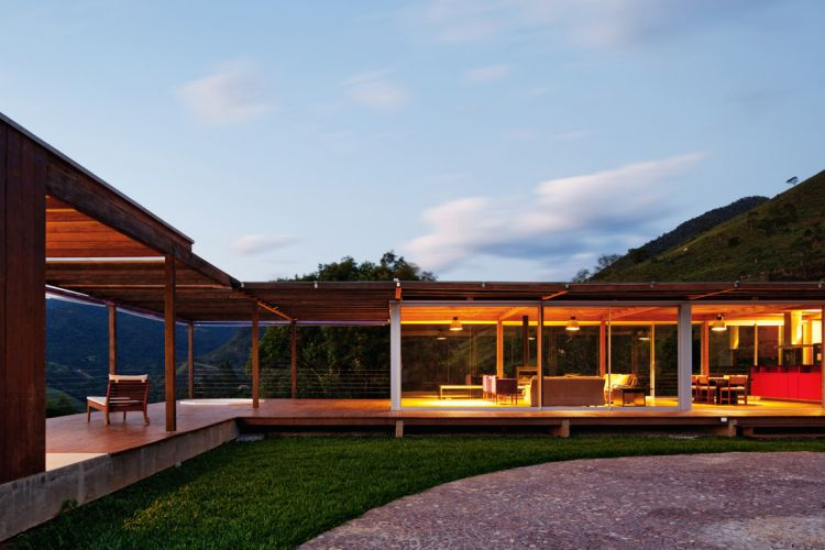 O setor social, no corpo principal da casa, tem fechamento de vidro, o que faz da casa, na prática, uma grande e protegida varanda