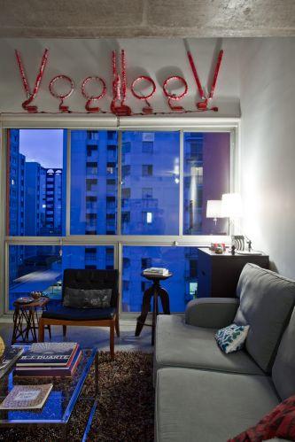 Ao lado do sofá e próxima à janela, cômoda do Etna. A almofadinha azul sobre o sofá foi feita com um pano de prato assinado pelo designer Jonathan Adler. Comprado em uma viagem, custou US$ 10.