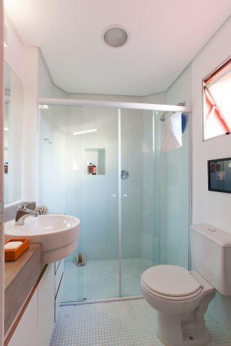 No banheiro de 4 m², pastilhas Jatobá brancas de 2 cm por 2 cm revestem o piso e as paredes do box. Nas demais paredes, pintura acrílica branca fosca. A bancada é de concreto, com cuba redonda de semi-encaixe. Usando uma dessas, é possível fazer a bancada mais estreita e economizar espaço em cômodos pequenos