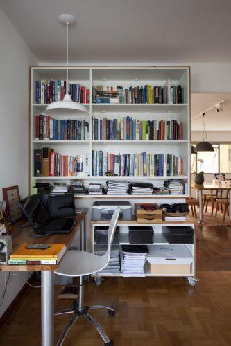 Armários e bancadas do escritório foram projetados por Márcio Bariani e Alessandro Muzi. O pendente com cúpula de alumínio (Reka) proporciona luz direta difusa para leitura e trabalho