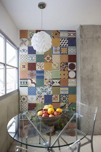 Com a reorganização da área de serviço foi possível criar um jardim de inverno que também serve como sala de almoço, anexo à cozinha. O espaço chama atenção pela parede revestida com ladrilhos hidráulicos (Ladrilhos Artesanais). Trabalho de Márcio Bariani e Alessandro Muzi