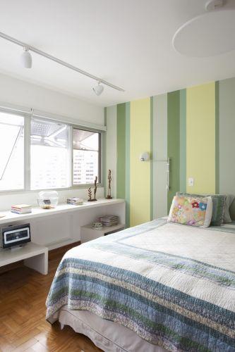 Nos dormitórios, as venezianas de alumínio estavam em péssimo estado de conservação. Por isso foram refeitas tomando como base o desenho e a abertura originais. O serviço foi realizado pela Aquarão Vidros e Esquadrias
