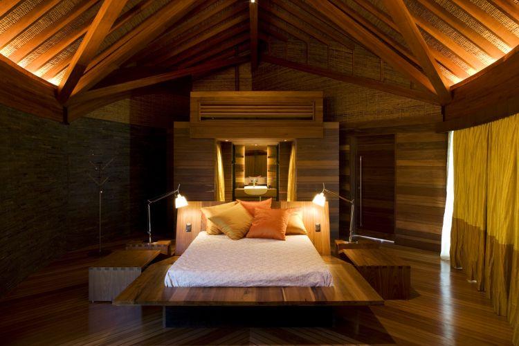 Os dormitórios têm a privacidade oferecida pelo segundo pavimento, mas nem por isso são herméticos. Grandes janelas de vidros curvos proporcionam vista panorâmica e luminosidade, controlada por cortinas de material natural