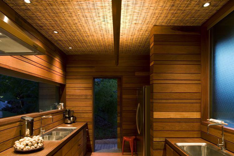 Os arquitetos fizeram uso extensivo de materiais naturais como madeira e bambu. A madeira reveste as paredes internas de banheiros e quartos e o bambu foi aplicado na treliça que recobre o forro