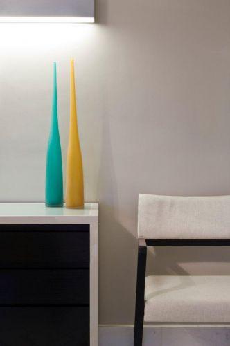 O jogo de preto e branco domina a sala de jantar do apartamento em Guarulhos (SP), com interiores da arquiteta Marília Brunetti de Campos Veiga. O ambiente tem mesa oval e cadeiras da Empório Vermeil em harmonia com o bufê executado por Takae Arte. Na parede cor de fumaça, iluminando o bufê, destaque para a enorme arandela horizontal da Lumini que também assina a luminária pendente sobre a mesa. Tela de Flávia Brunetti; quadros da Moldura Minuto