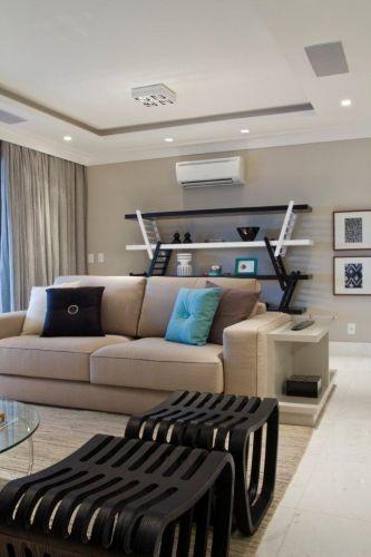 Vista do living do apartamento em Guarulhos (SP), com projeto de interiores de Marília Veiga. A arquiteta usou bancos do Empório Vermeil, sofá Breton e, ao fundo, a estante Equilibri (design de Marco Colombo e Stefano Alberti), da Brinna