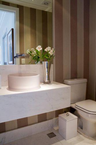 No projeto de Marília Veiga, a bancada e a cuba do lavabo foram trocadas. Agora, a bancada de mármore pighes, executada pela Artesamarmo, está mais larga do que o padrão e a cuba é de acrílico branco, da Valveé. O papel de parede é da Wallpaper