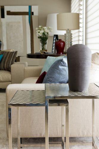 Ao lado do sofá, o conjunto de mesas laterais sobrepostas é feito em metal cromado com tampos xadrezes, da Empório Vermeil. O projeto de decoração do apartamento no bairro Panamby, em São Paulo, é assinado pela designer de interiores Marília Brunetti de Campos Veiga