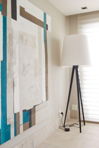 Telas dípticas pintadas por Flávia Brunetti com as cores usadas no projeto de decoração. No canto do living, o grande abajur sobre tripé de madeira. O projeto de decoração do apartamento no bairro Panamby, em São Paulo, é assinado pela designer de interiores Marília Brunetti de Campos Veiga