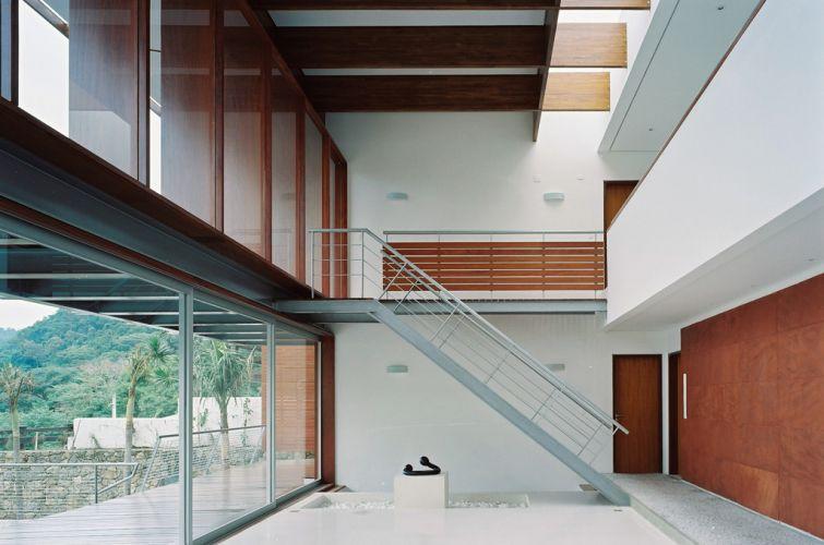 Na casa projetada por Biselli Katchborian Arquitetos na praia e Guaecá, em São Sebastião (SP), farta iluminação penetra não apenas pelas grandes vidraças frontais, mas também por uma abertura na cobertura, na junção entre os dois blocos que compõem o volume da casa