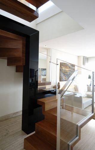 O projeto procurou trazer leveza à escada e torná-la um ponto de atração do apartamento, como uma escultura. Estrutura metálica, calculada pelo engenheiro Furuta Kawasaki. Vidros, da Âmbar Vidros; aço escovado, da Perfect Inox