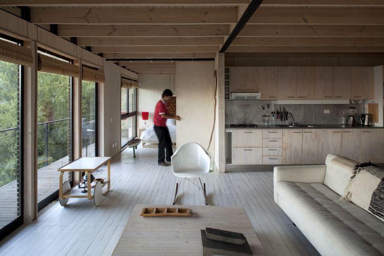 Casa RaúlA casa Raúl (2009) foi resolvida em apenas um nível, buscando flexibilidade com amplas portas de correr que abrem e fecham determinados ambientes, transformando o interior da residência
