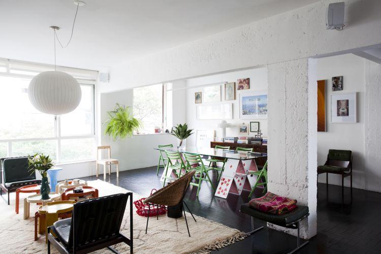 Poltronas, mesas de centro, móveis e objetos são da coleção particular do proprietário, que garimpa peças vintage brasileiras das décadas de 1950, 1960 e 1970