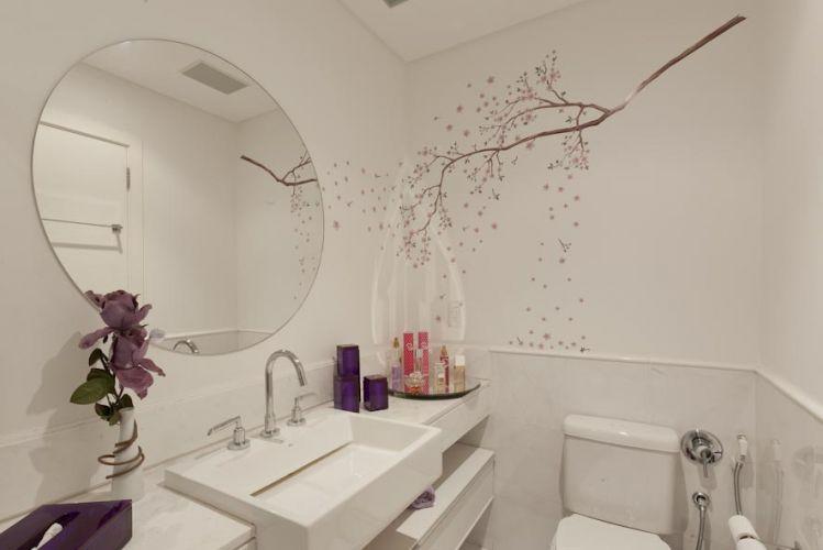 O adesivo da I-Stick dá aspecto mais lúdico ao banheiro claro. O gaveteiro é da Segatto e todos os acessórios são lilás. Espelhos da Guardian