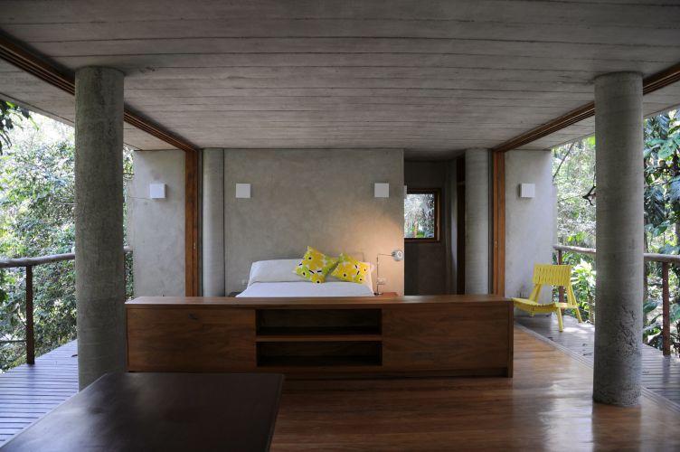 Uma das extremidades da casa, em sentido longitudinal, abriga o banheiro e a área destinada ao quarto. O ambiente se integra à Mata Atlântica através de panos de vidro que vão do chão ao teto. O projeto da Casa nas Árvores é de George Mills