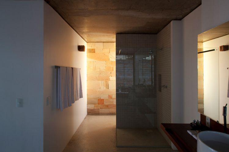 A combinação de paredes brancas e revestidas com arenito também está presente nos banheiros. Nas áreas molháveis, como no boxe dos chuveiros, foram empregadas pastilhas de porcelana (da Jatobá), que apresentam baixa absorção de água. Projeto de Monica Drucker e Ruben Otero para o Makenna Resort, no sul da Bahia