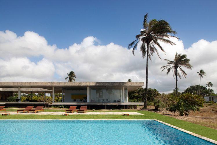 A simplicidade foi a tônica do projeto. Nas piscinas, as pastilhas de porcelana (da Jatobá) não competem com a paisagem. Discretas, as espreguiçadeiras são da Estilo XXI, de Itabuna (BA)