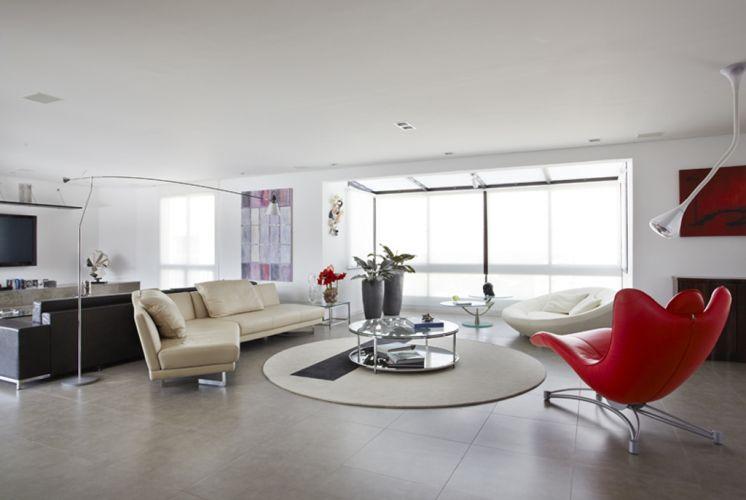 Vista do living do apartamento reformado pela arquiteta paulistana Monica Drucker. À esquerda, o home theatre; ao fundo, uma pequena varanda que foi integrada ao estar