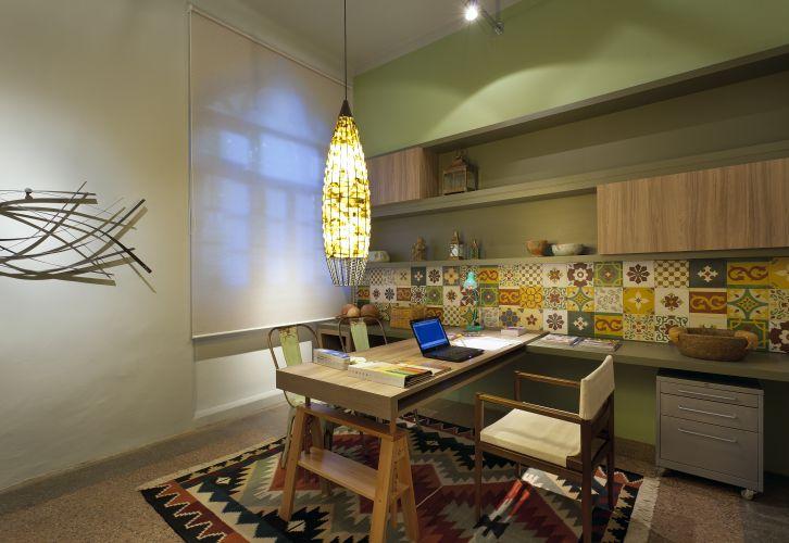O escritório decorado por Letícia da Matta e Beatriz Cançado foi imaginado para uma jovem designer. A mostra Morar Mais por Menos Belo Horizonte está aberta de 17/08 a 2/10/2011 na Antiga Maternidade Hilda Brandão