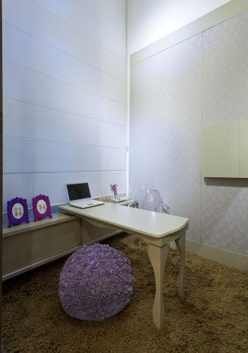 O atelier é o espaço criado por Dulciele Sales e foi feito para uma designer de joias. O ambiente tem marcenaria planejada, parede revestida de renda, puff artesanal feito com flores de feltro, e mesa de MDF pintado. A mostra Morar Mais por Menos Belo Horizonte está aberta de 17/08 a 2/10/2011 na Antiga Maternidade Hilda Brandão