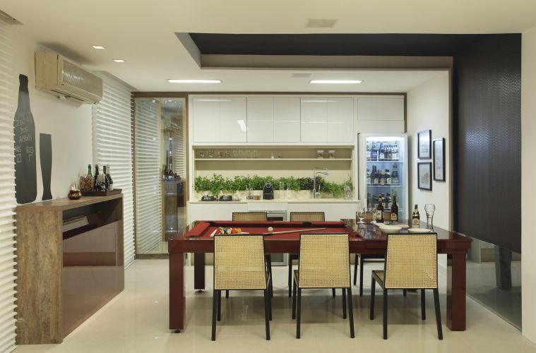 Cozinha com Bilhar assinada por Marina Machado para a