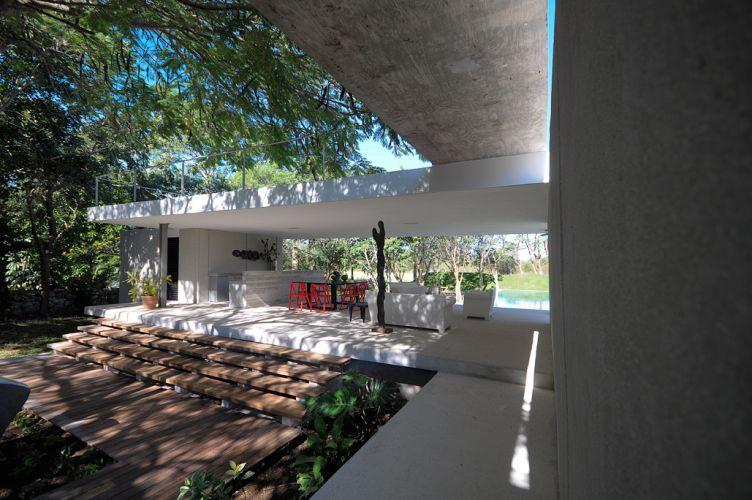 O terraço coberto compõe um dos blocos da casa